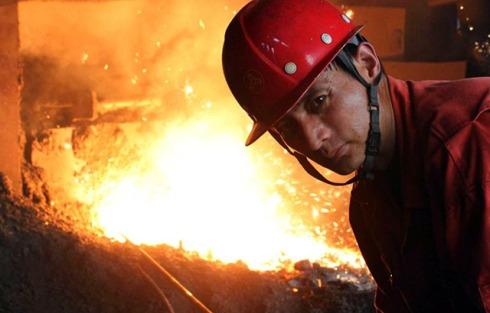 Ein Arbeiter bei der Dongbei Special Steel Group in der Küstenstadt Dalian, nordöstliches China (Foto: dpa)