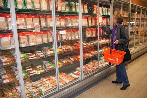Ob im Grossverteiler oder im Laden an der Ecke: Kundinnen und Kunden dürfen ihren Einkauf weiterhin im Raschelsack nach Hause tragen.