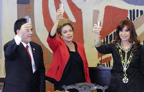 Von links: Paraguays Präsident Horacio Cartes, Brasiliens Präsidentin Dilma Rousseff und Argentiniens Präsidentin Cristina Kirchner bringen während des 48sten Gipfels der Staatschefs des 'Gemeinsamen Marktes des Südens' im Itamaraty Palast in Brasilia am 17. Juli 2015 einen Toast aus