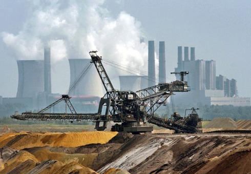 Mehr als 70 Prozent der Kohleunternehmen Chinas arbeiten mit einem Verlust. Jeder zweite Arbeiter musste Lohnkürzungen oder einen Zahlungsverzug hinnehmen.