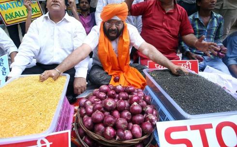 Neu Delhi August 2015: Aktivisten rufen Parolen, während sie auf einer Kundgebung gegen die steigenden Grundnahrungsmittelpreise, insbesondere für Hülsenfrüchte und Zwiebeln, demonstrieren