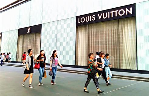 Die Regierung sagt, dass 120 Millionen chinesische Touristen im Jahr 2015 ins Ausland fuhren und so zu 12 Prozent der weltweiten Urlaubs-Ausgaben beitrugen