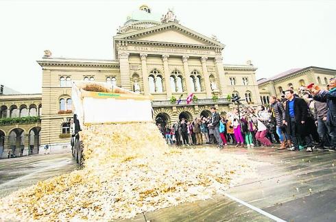 Die Initiative für ein Bedingungsloses Grundeinkommen ist nicht finanzierbar. Der Bundesrat schätzt die Kosten auf 208 Milliarden (!) Franken pro Jahr.