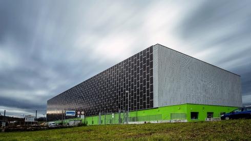 Légende de l'illustration: le centre de données Green et son installation photovoltaïque.
