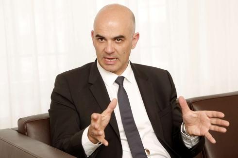 Sozialminister Alain Berset droht den Jungen: Entweder ihr spurt und sagt brav Ja zu meiner ungerechten AHV-Scheinnreform oder ihr bekommt gar nichts mehr.